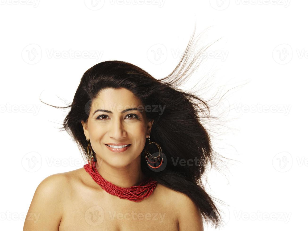 modelo indio con cabello volador (aislado en blanco) foto