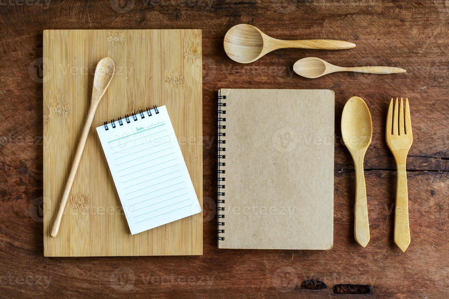 cuaderno y utensilio de madera sobre madera vieja foto
