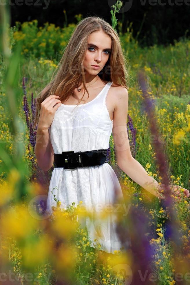Retrato de la joven hermosa al aire libre foto