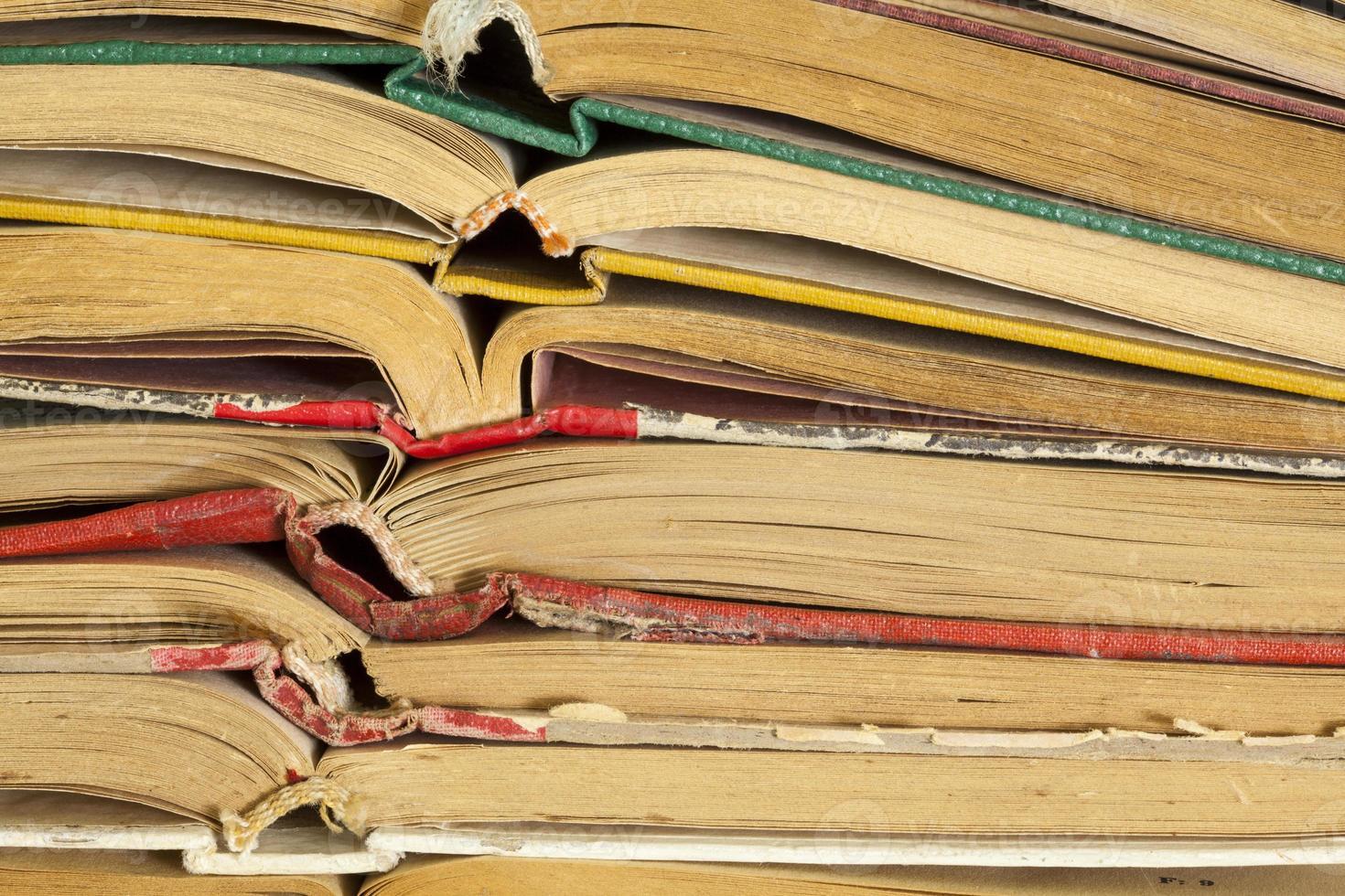 viejos libros de tapa dura foto