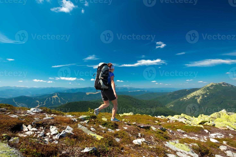 senderismo en las montañas de los cárpatos foto