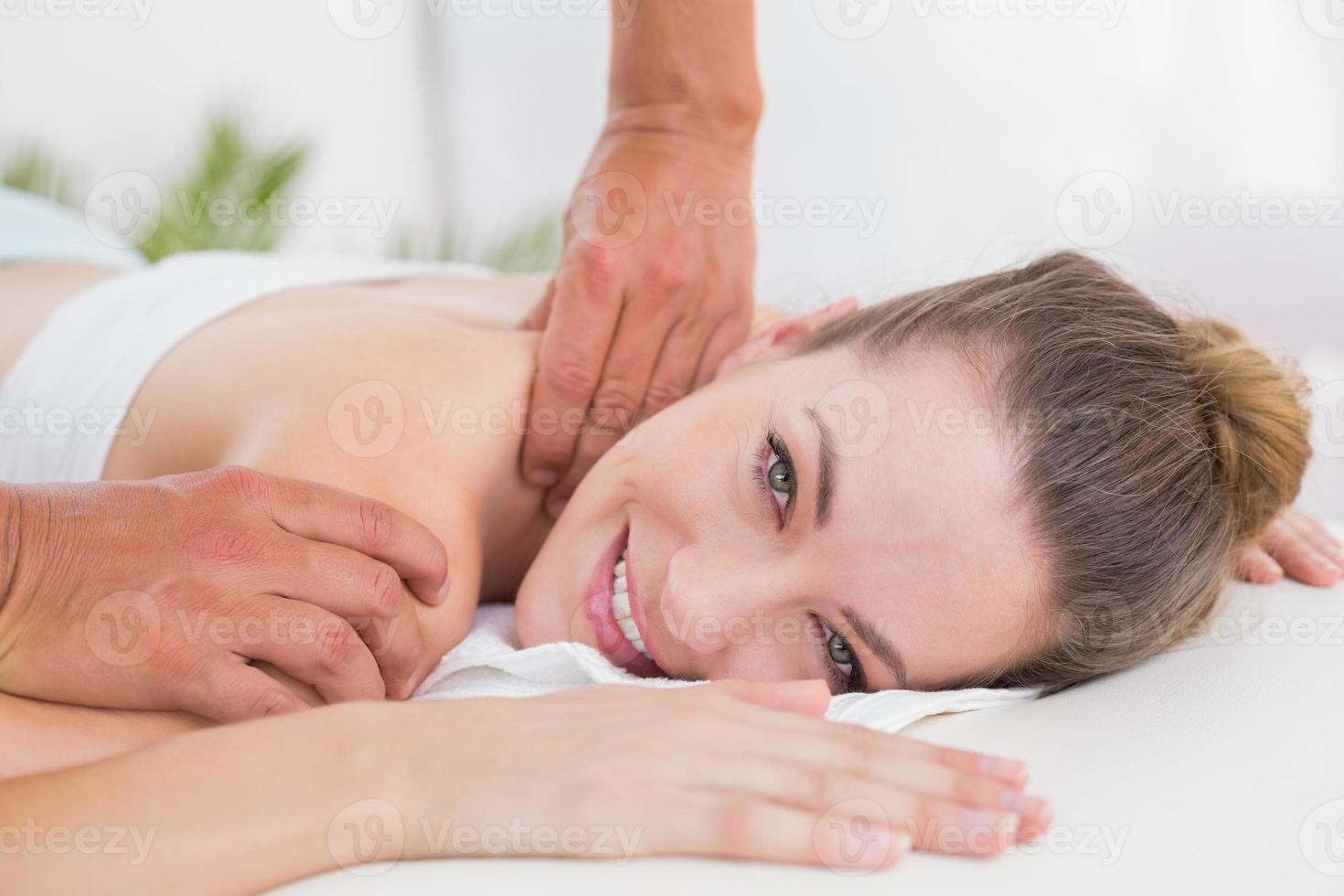 fisioterapeuta haciendo masaje de hombro foto