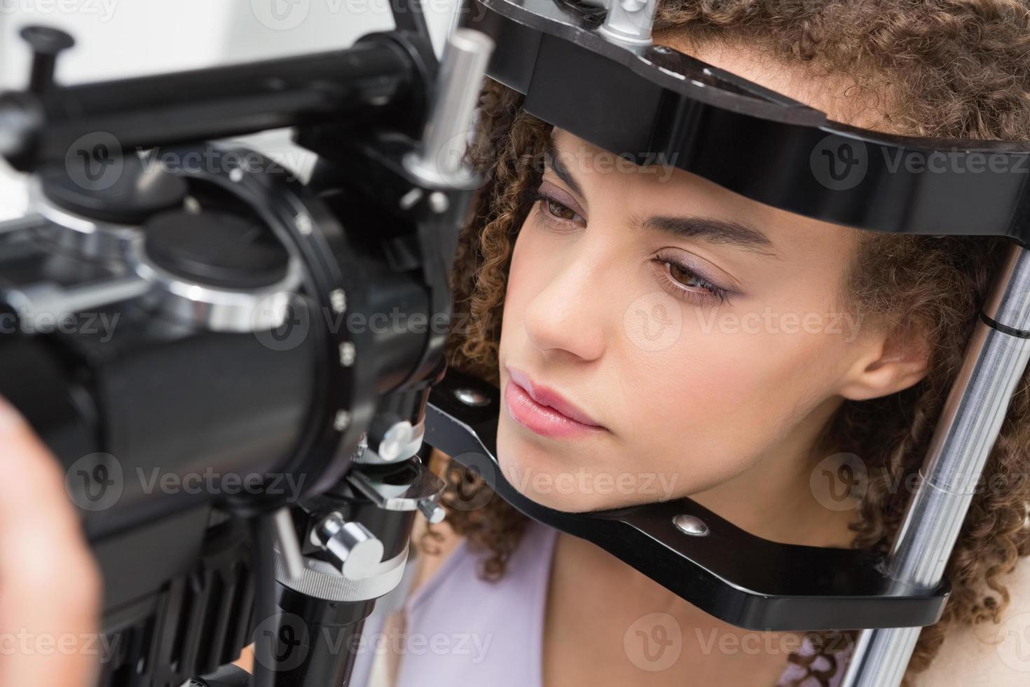 mujer haciendo examen ocular foto