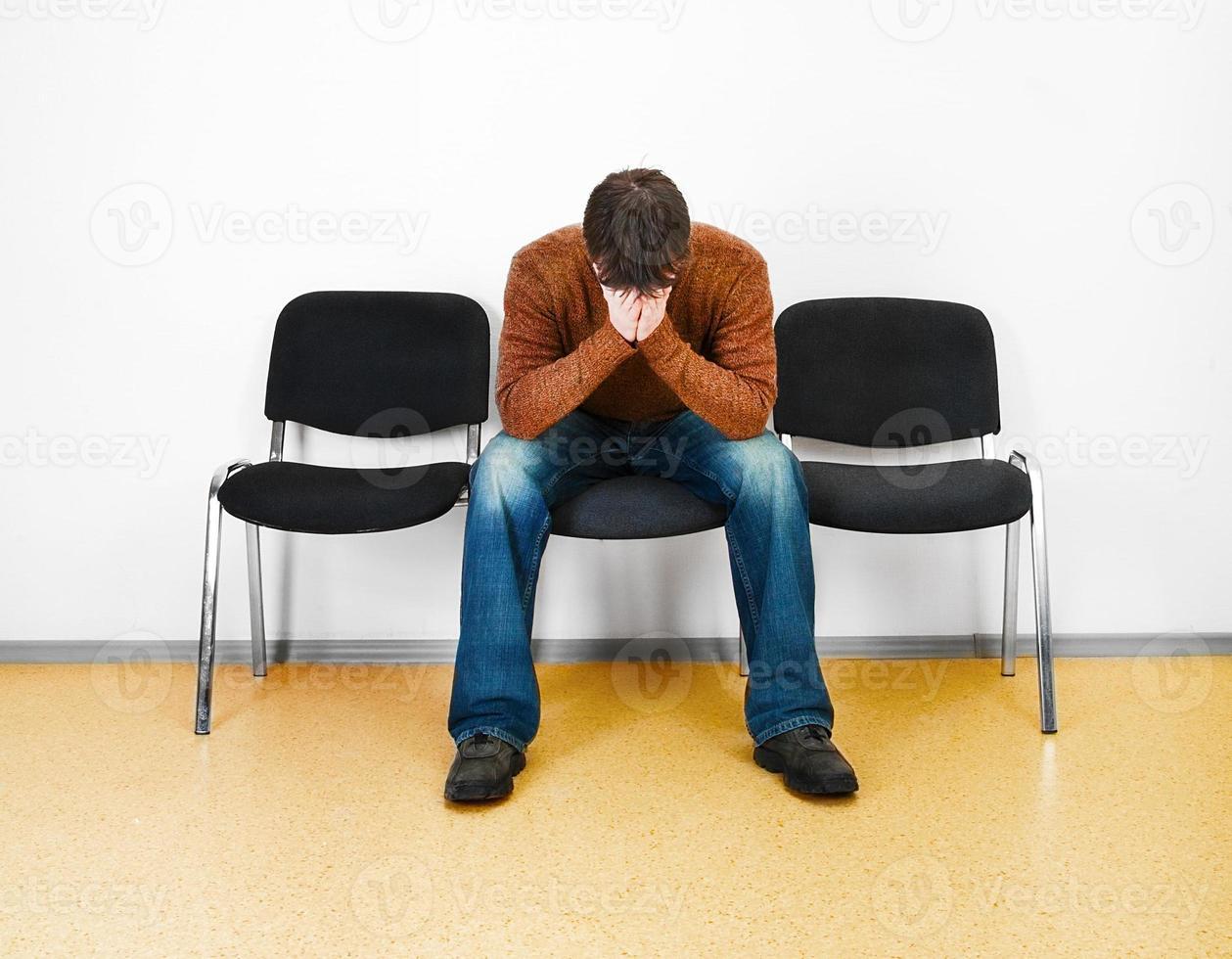 hombre estresado en una sala de espera foto
