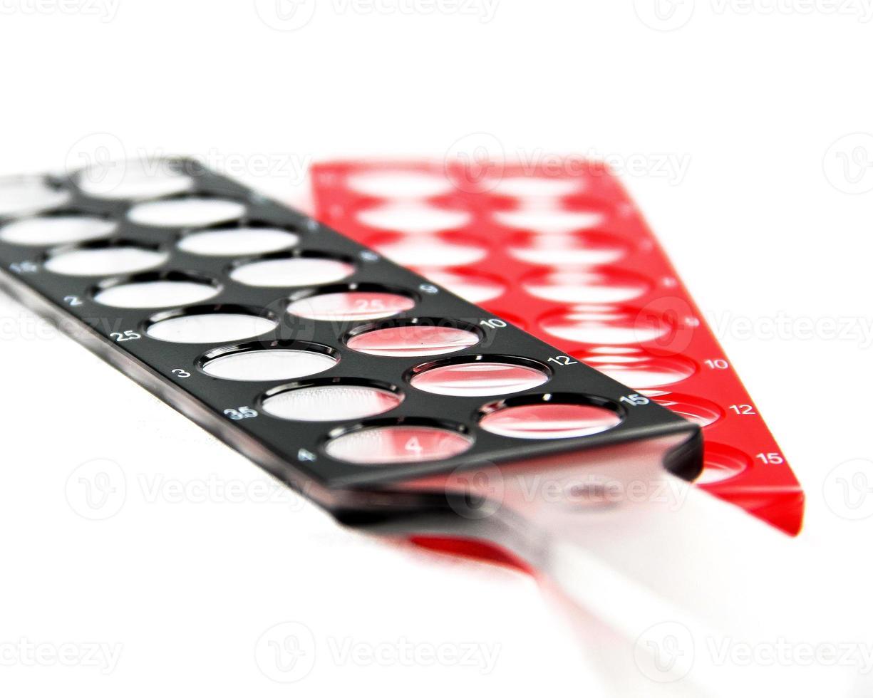 barras de skiascopy rojas en dioptrías negras sobre fondo blanco foto