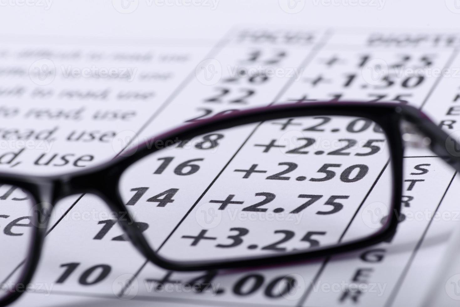 anteojos y tabla optométrica foto