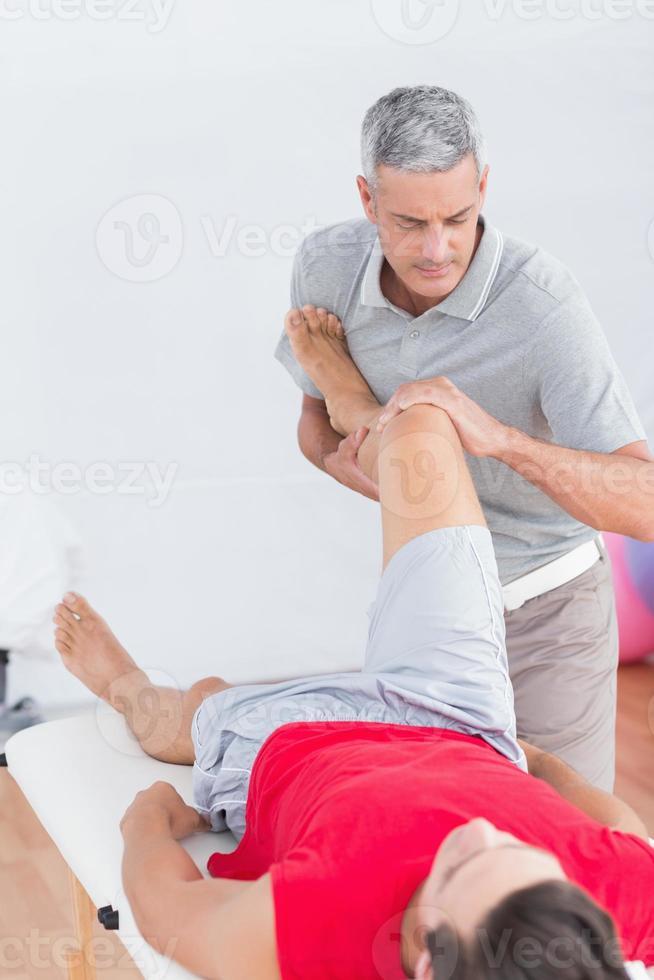 hombre que tiene masaje de piernas foto