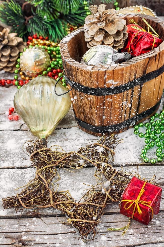 tina de regalo de navidad con decoraciones foto