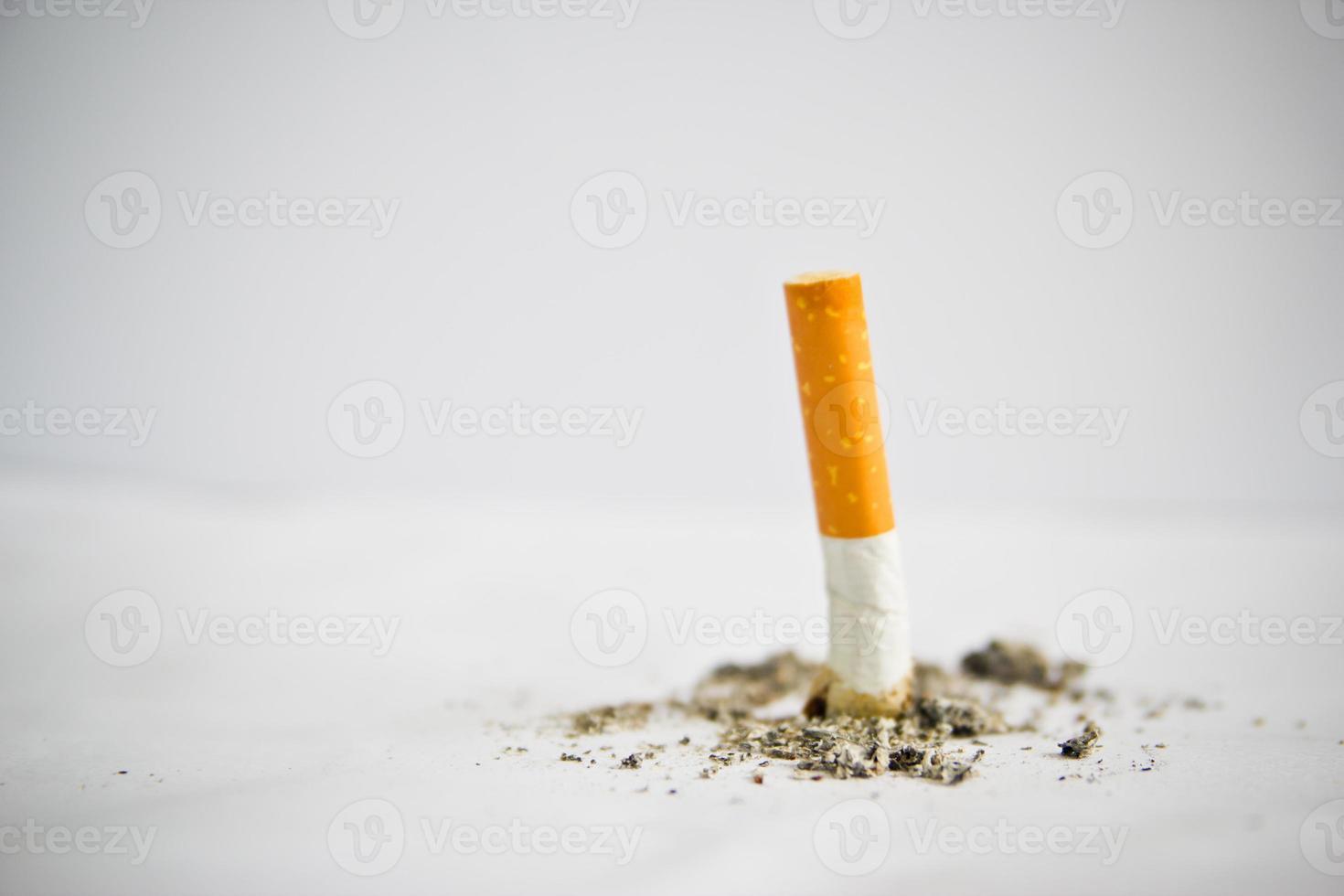 Cigarrillos consumidos sobre fondo blanco. foto
