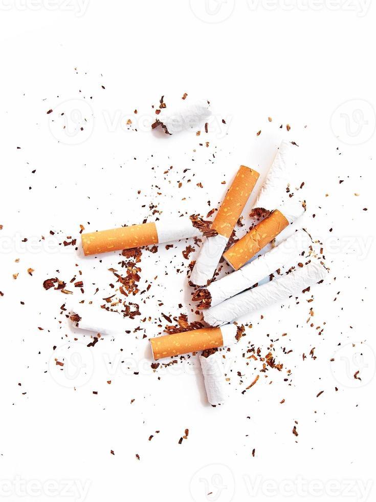 colillas de cigarro rotas foto