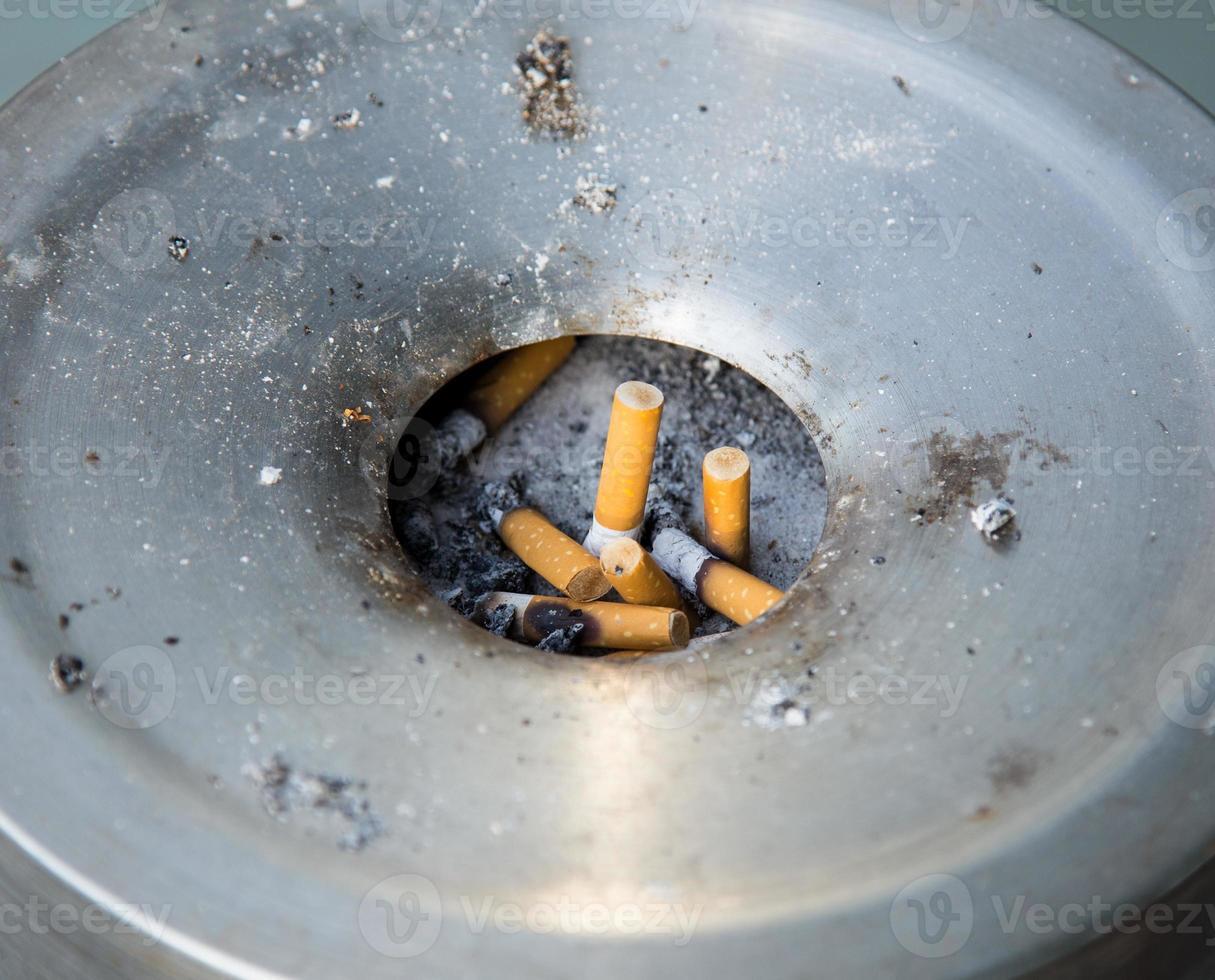 colilla de cigarrillo en el cenicero foto