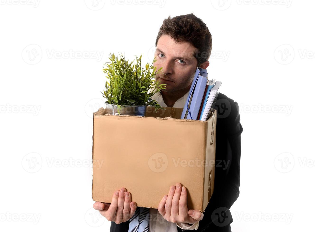 hombre de negocios desordenado con caja de cartón despedido de trabajo foto