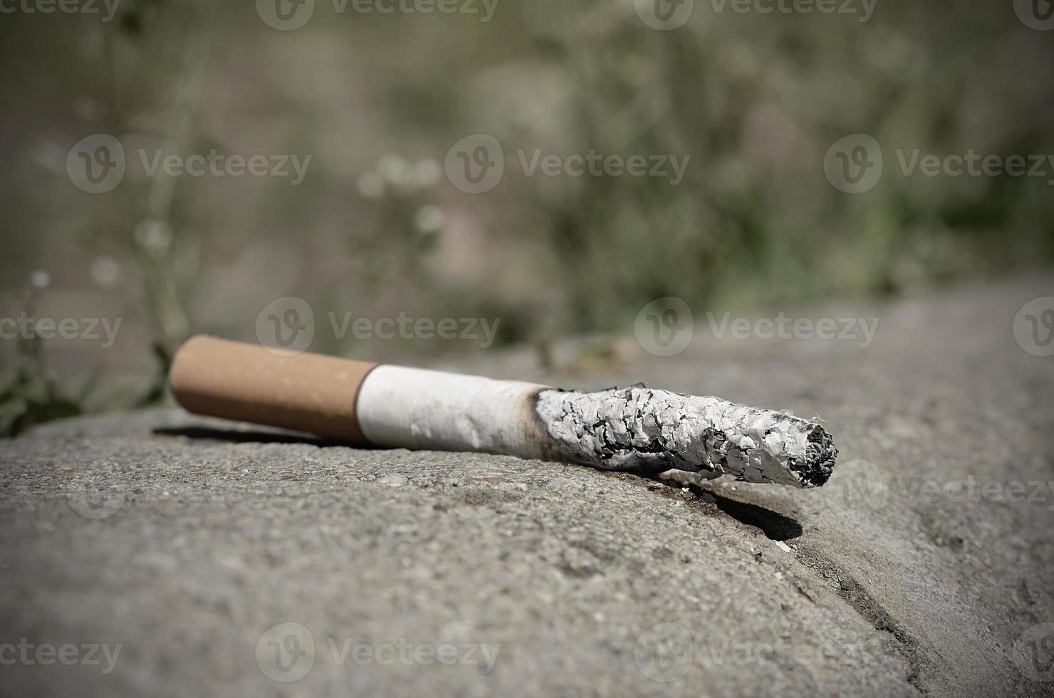 cigarrillo sobre asfalto foto