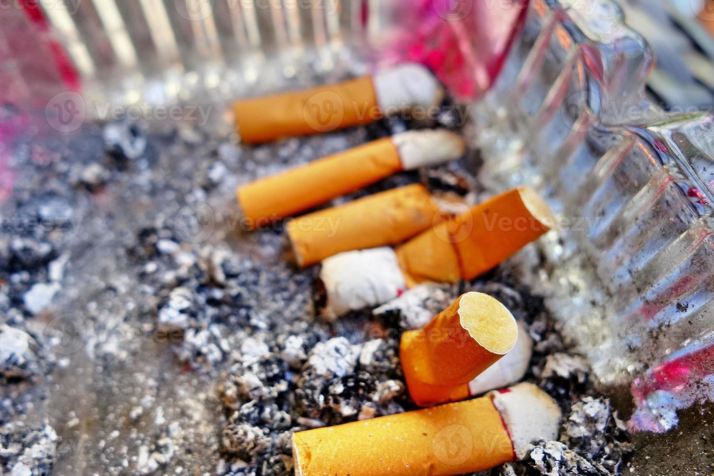 filtro de cigarrillo en cenicero foto