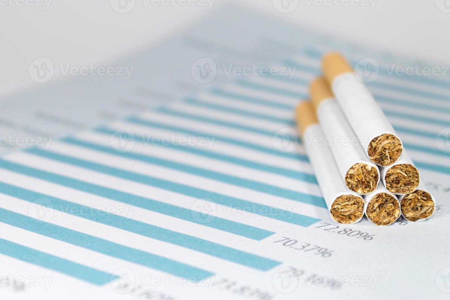 cigarrillos en la tabla de impuestos foto