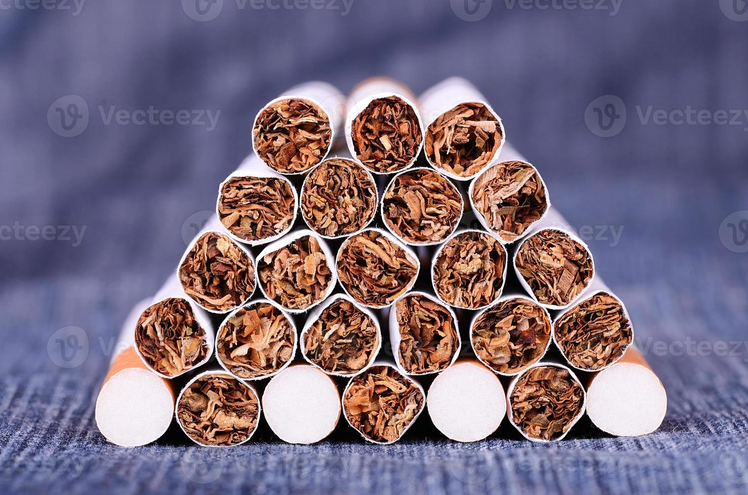 Foto de primer plano de cigarrillos sobre un fondo de jeans