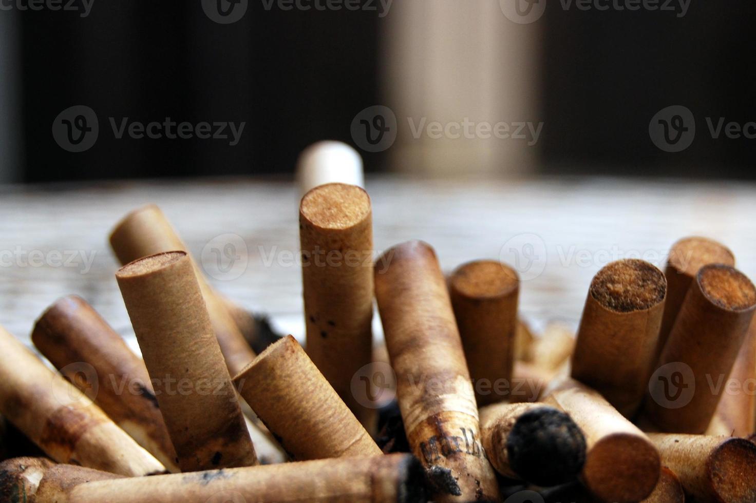 colillas de cigarrillos usados foto