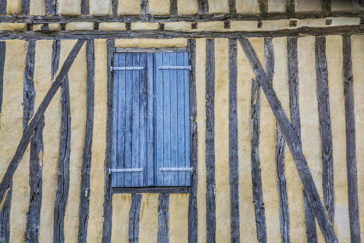 antigua muralla con persianas cercanas foto