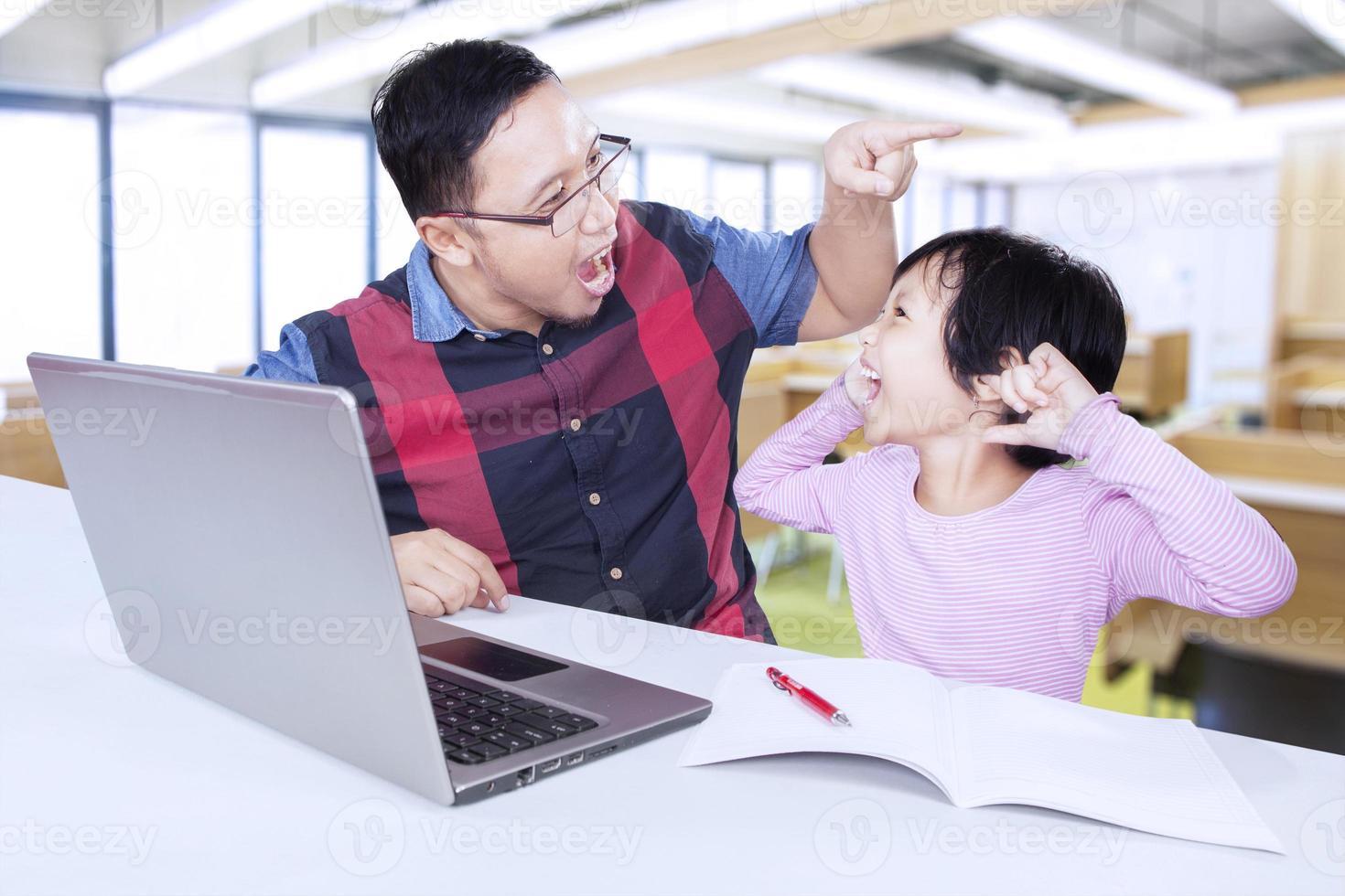 niña gritando a su maestra en la clase foto