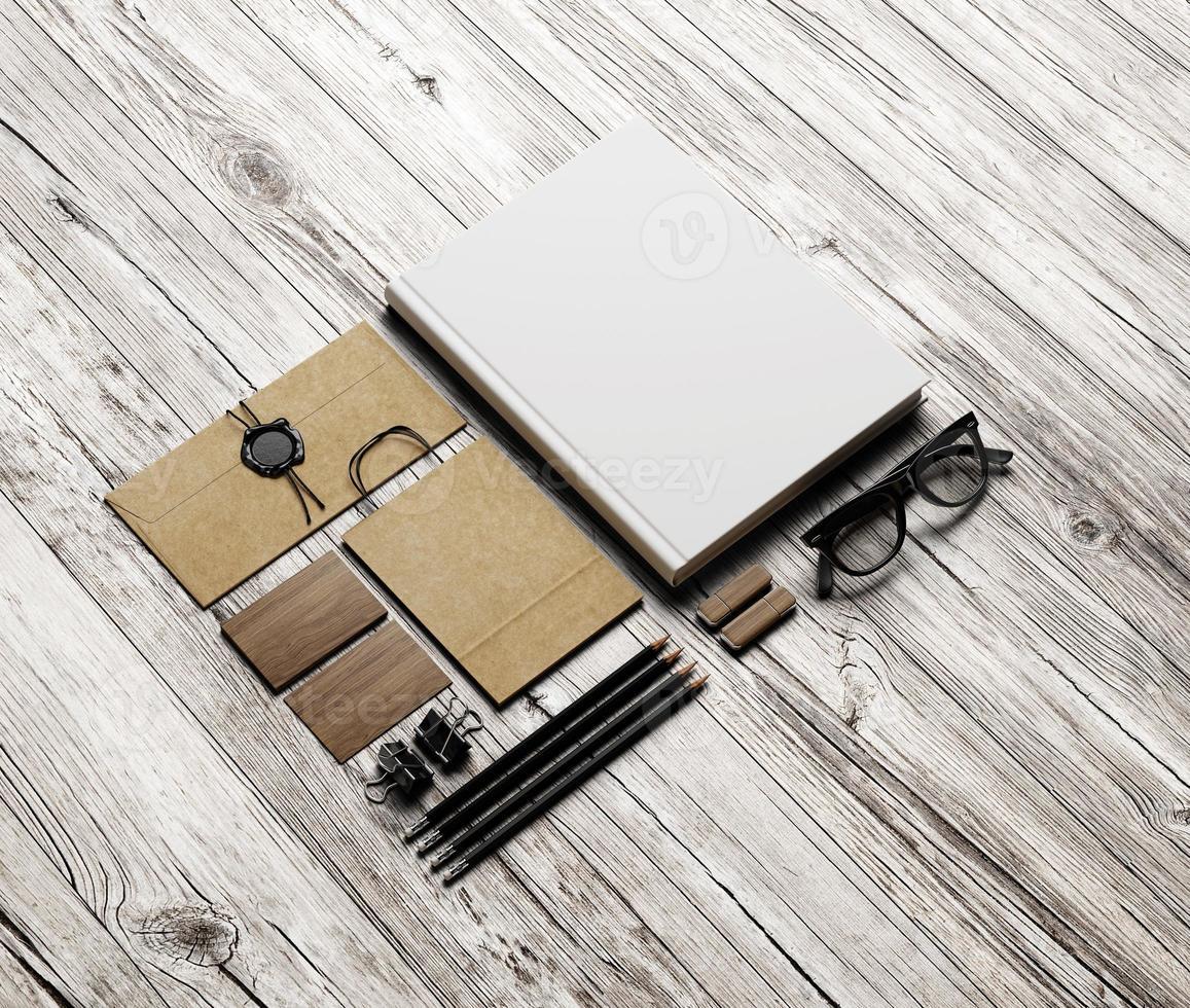 conjunto de elementos de identidad sobre fondo de madera blanca foto