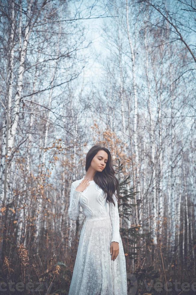 bella dama en un bosque de abedules foto