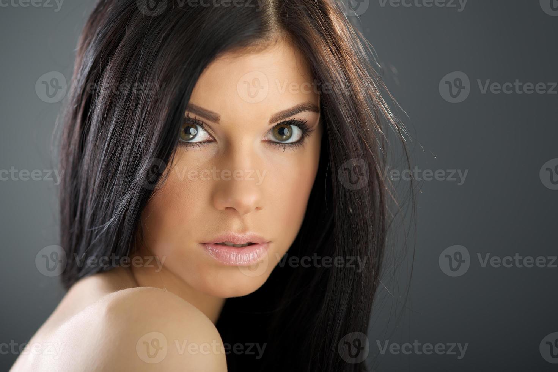 mujer con cabello largo y castaño de belleza foto