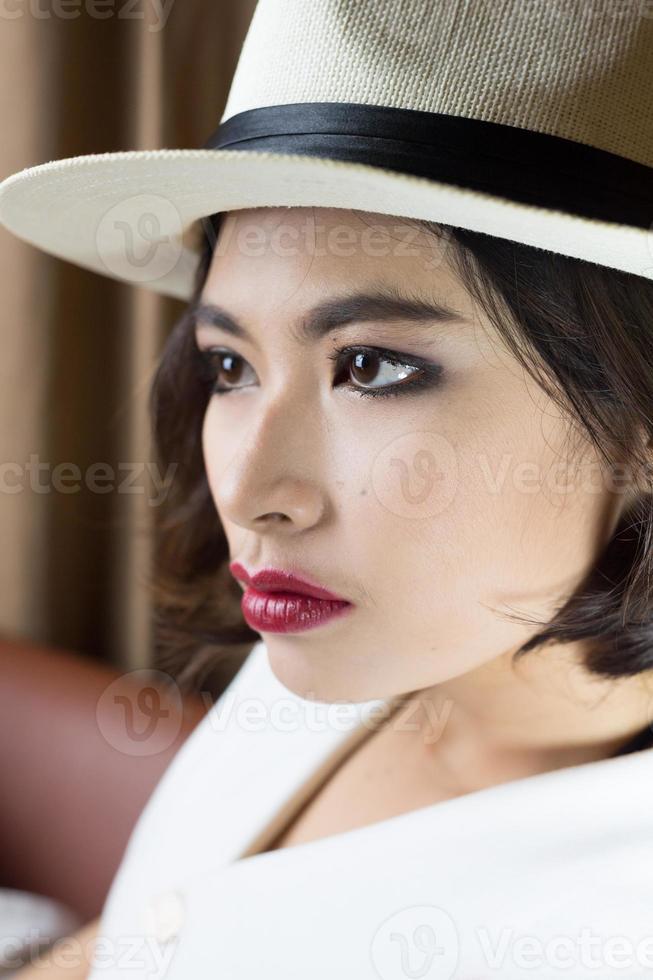 Disparo a la cabeza de Asia mujer con sombrero, concepto de belleza foto