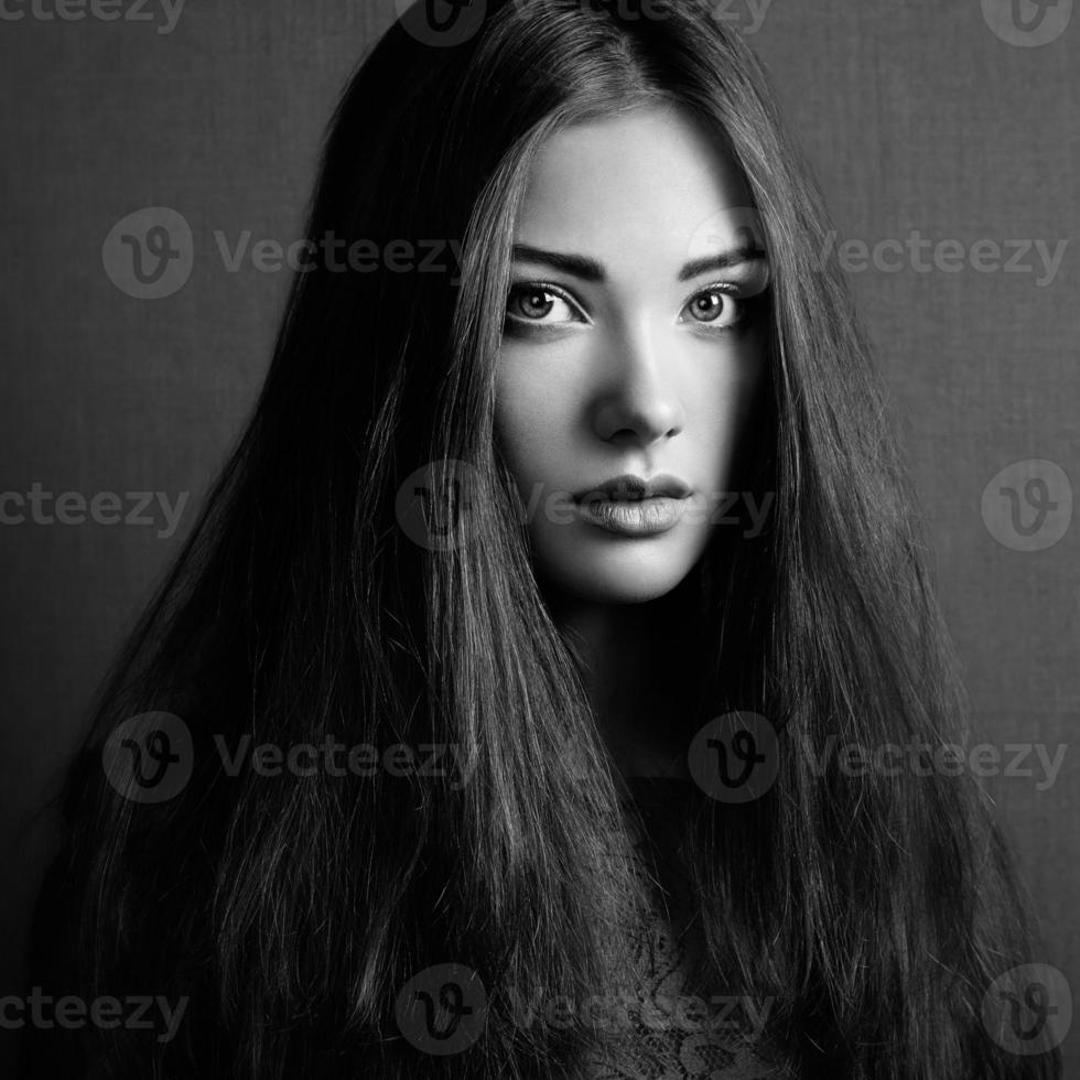 Retrato de hermosa mujer morena de cerca. foto