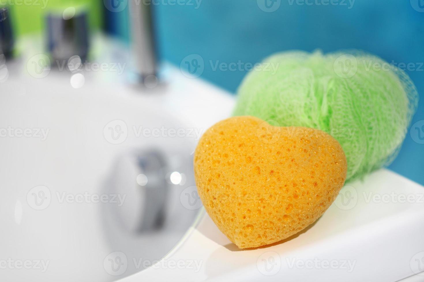 esponjas en el baño foto