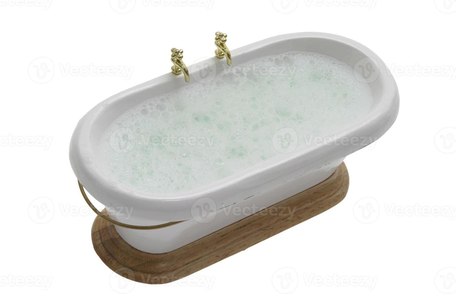 viktorianische badewanne mit wasser und schaum foto