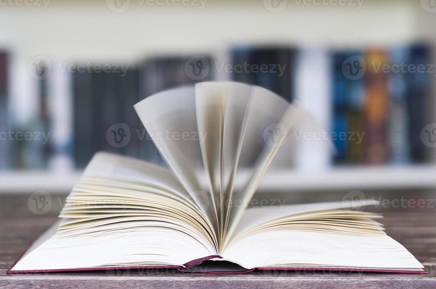 libro abierto frente a estantería foto