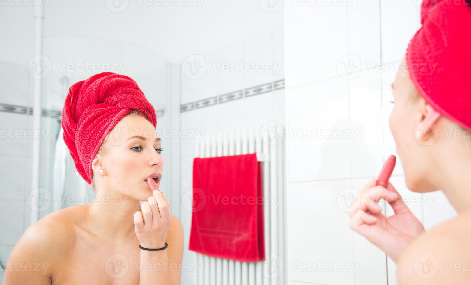 niña se mira en un espejo foto