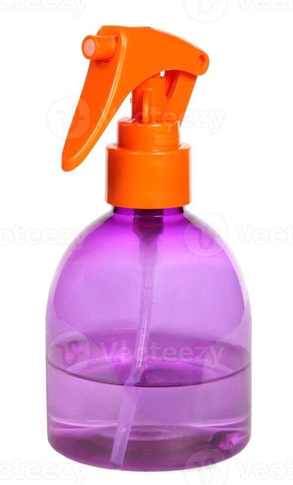Botella de spray de plástico aislado sobre fondo blanco. foto