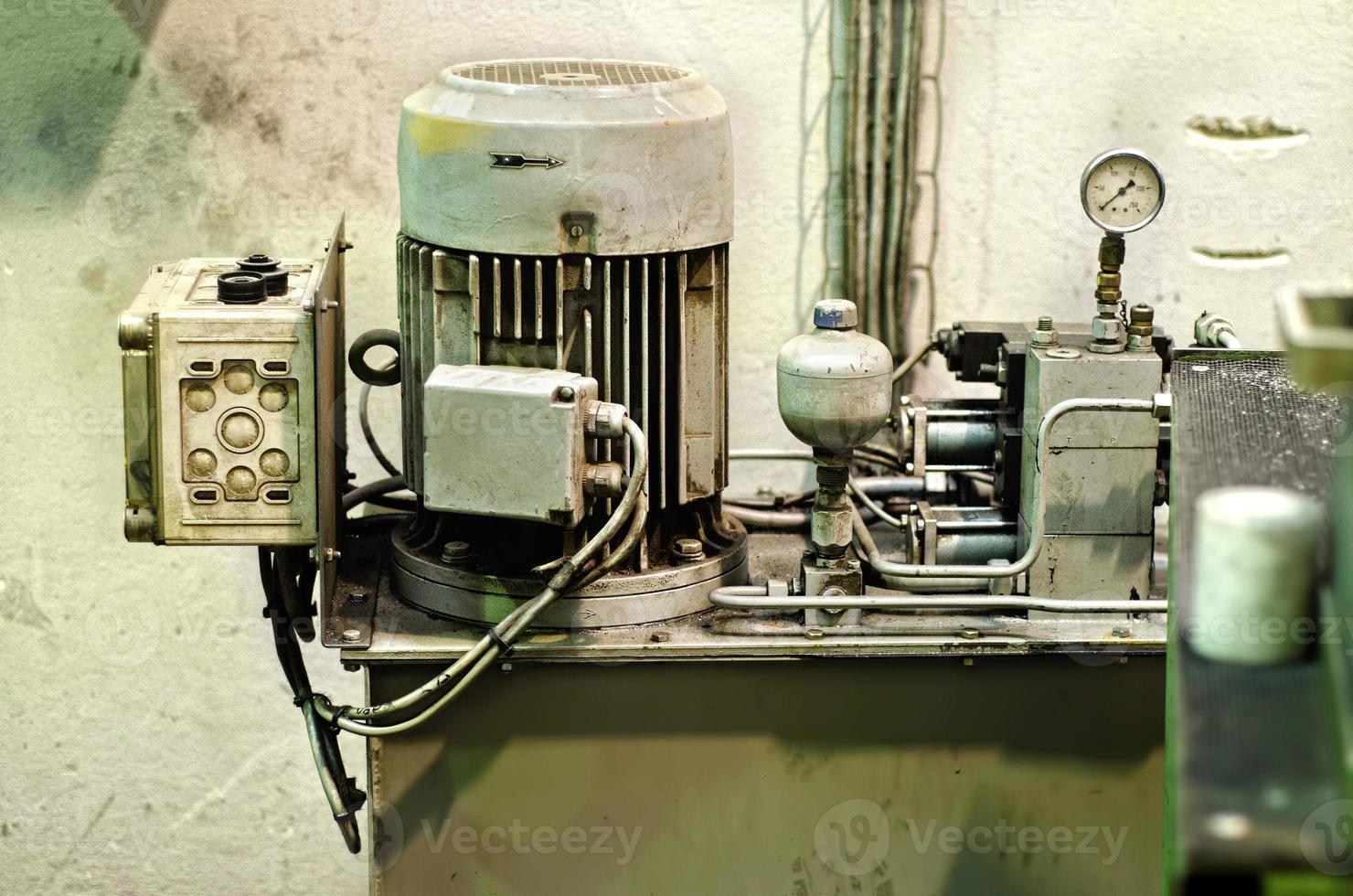 motor eléctrico industrial trifásico foto