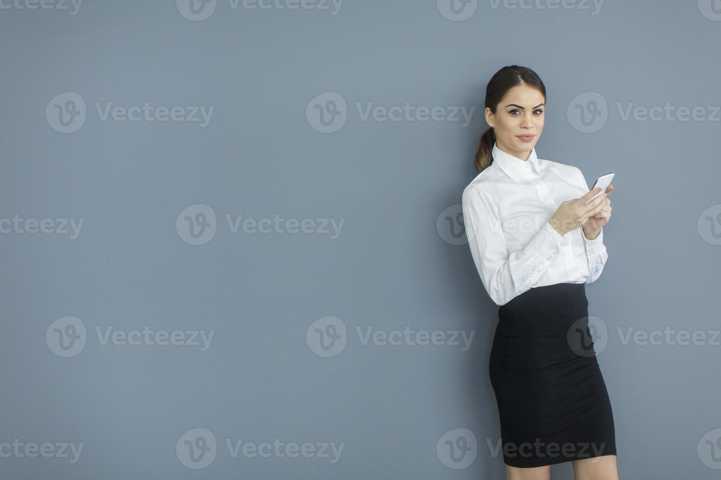 mujer joven junto a la pared foto