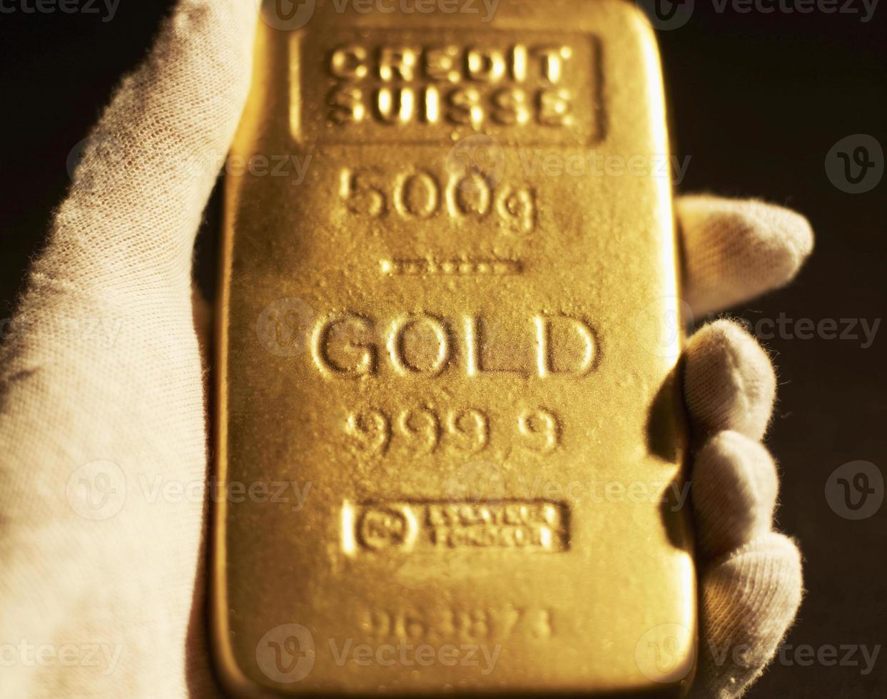 mano de mujer con barra de oro foto