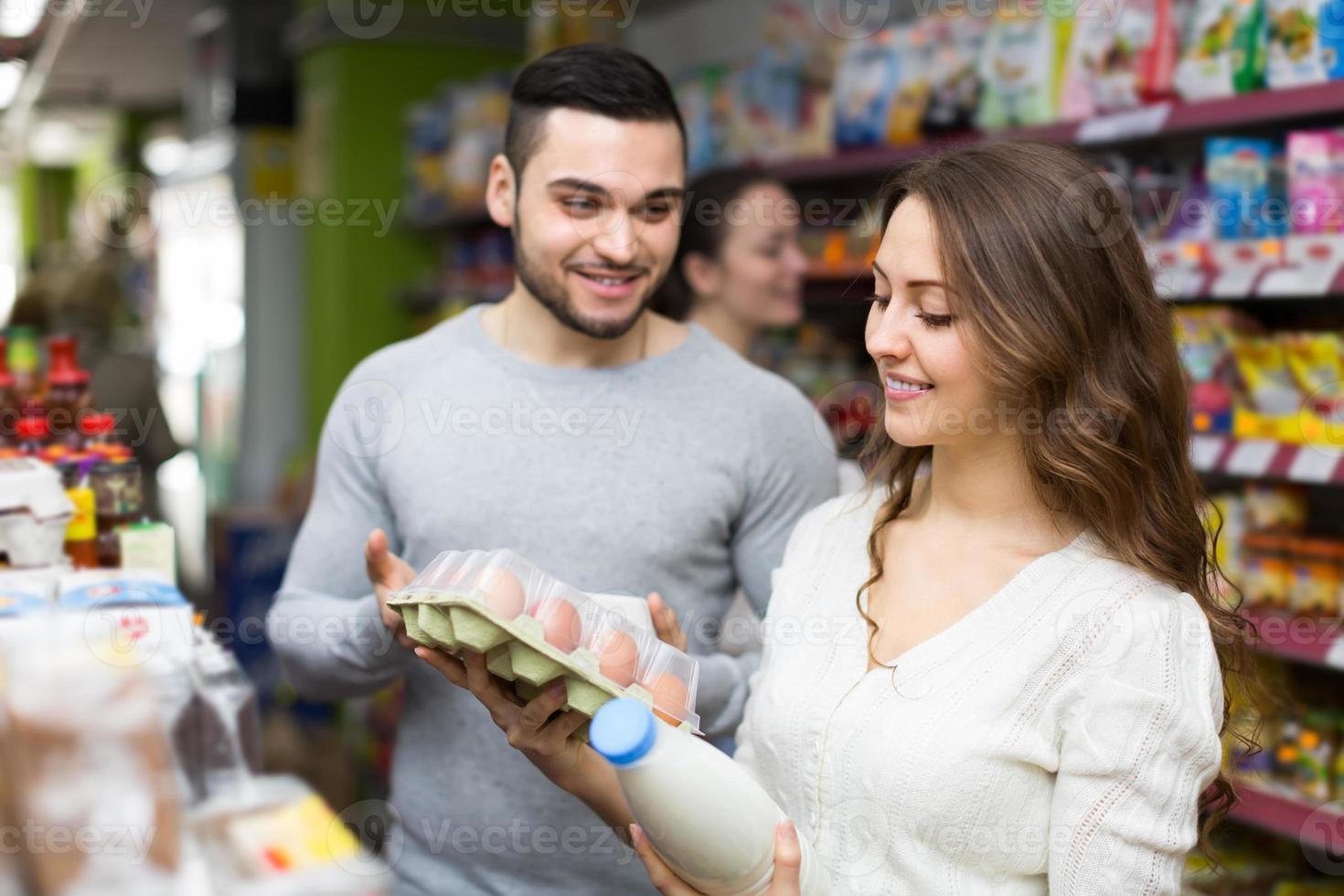 joven pareja en el supermercado foto