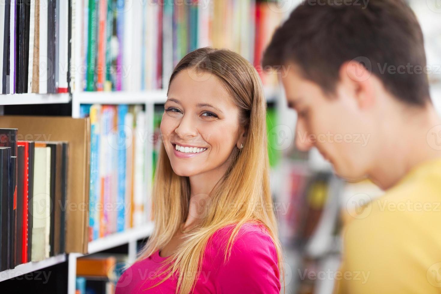 estudiantes en la biblioteca foto