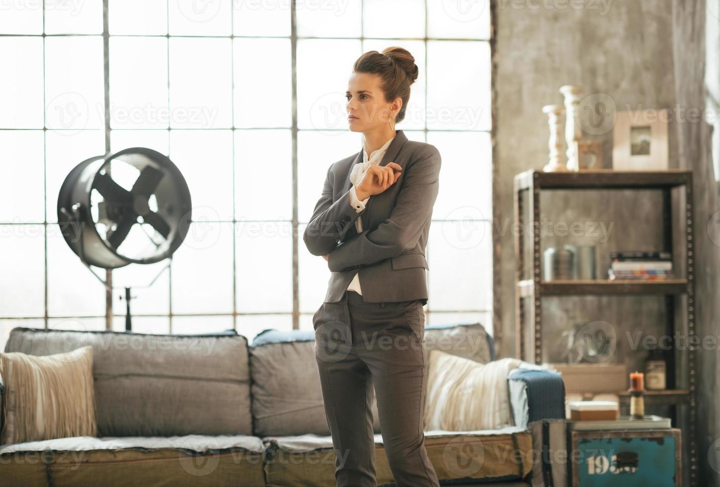 mujer de negocios reflexiva en loft foto