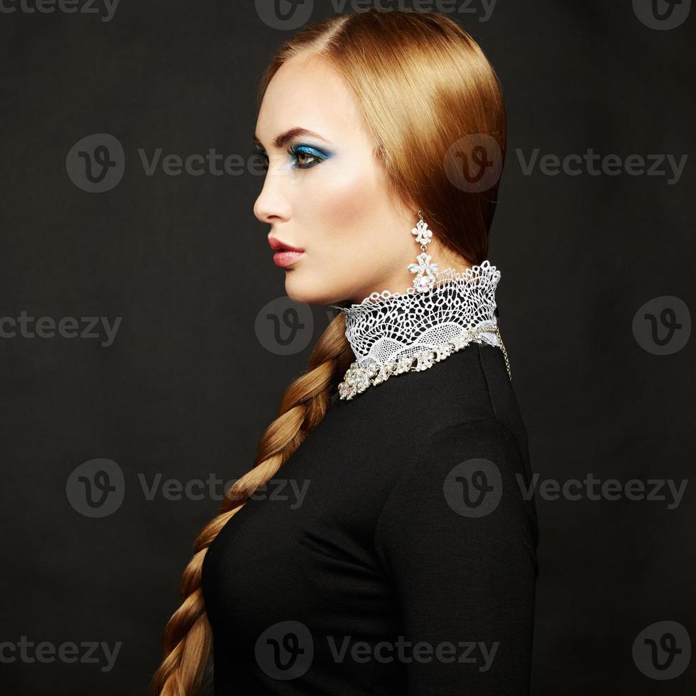Foto de hermosa mujer con cabello magnífico. maquillaje perfecto