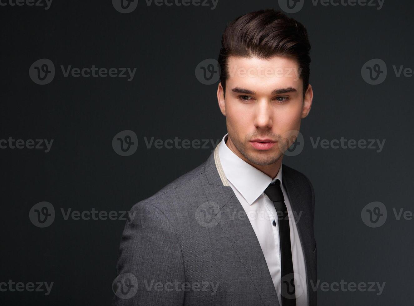guapo joven en traje de negocios foto