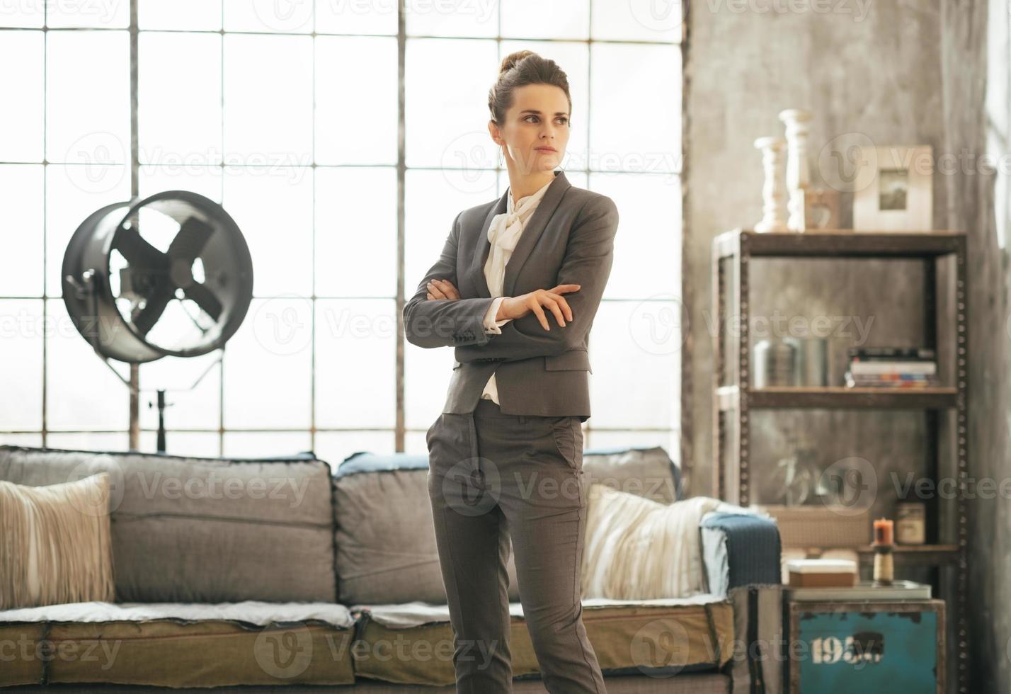 mujer de negocios de pie en el apartamento loft foto