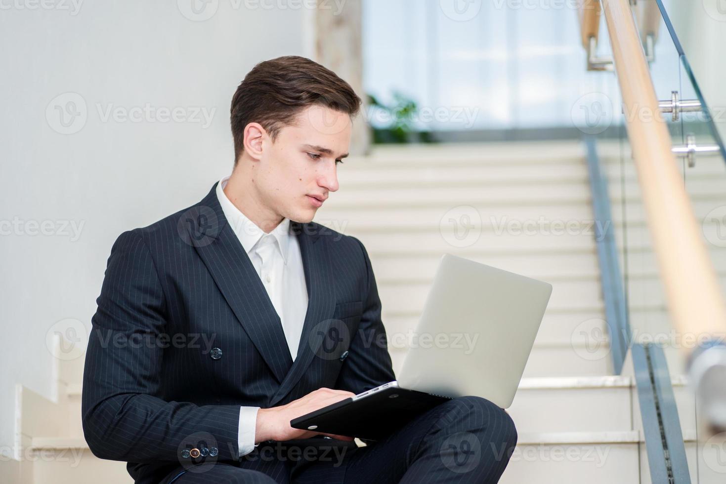 Lealtad al trabajo. empresario confiado sentado en las escaleras foto