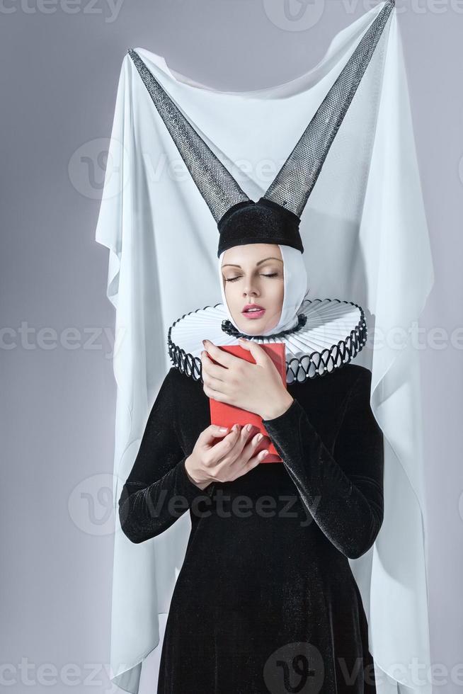 mujer en ropa gótica foto