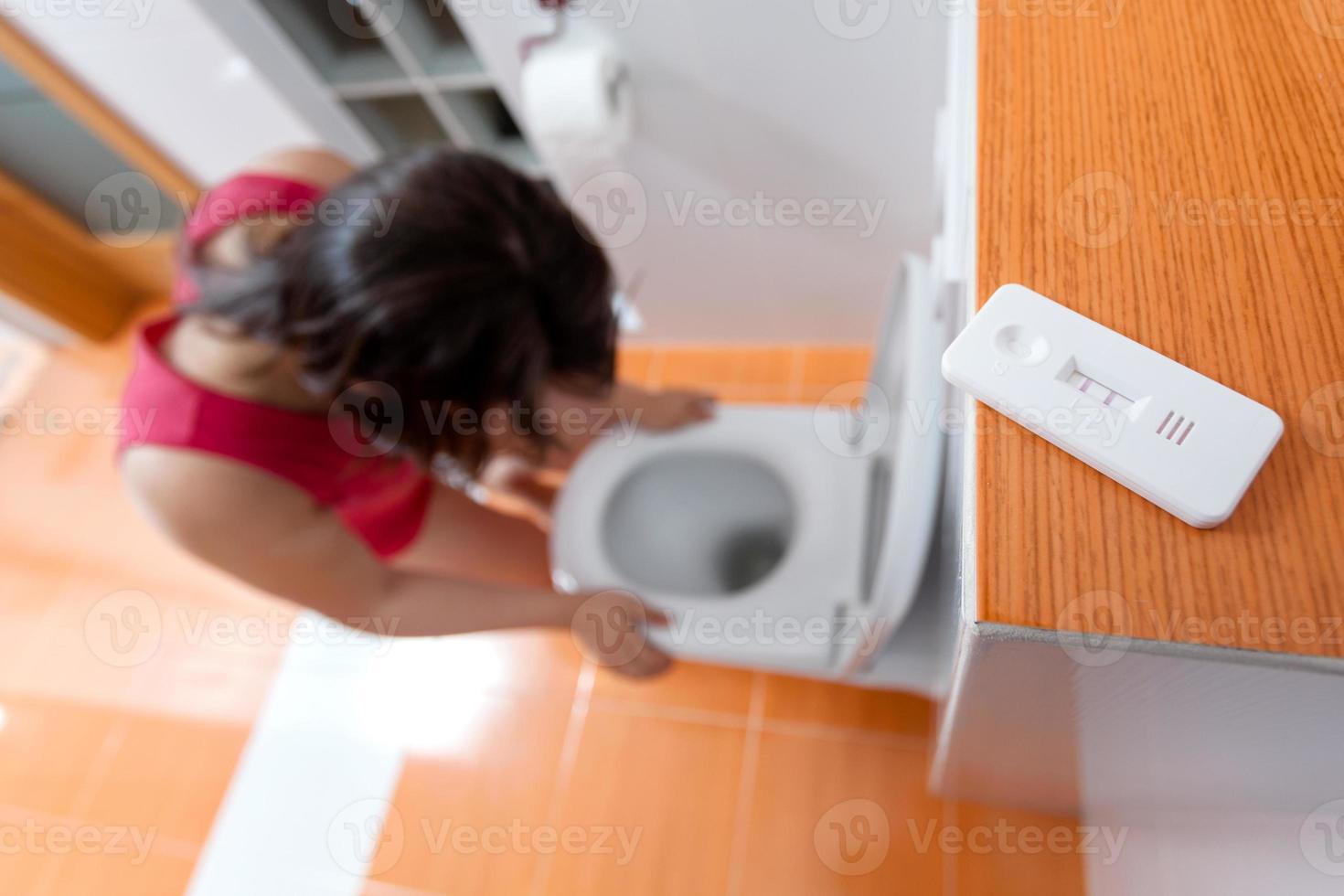 mujer embarazada con náuseas matutinas foto