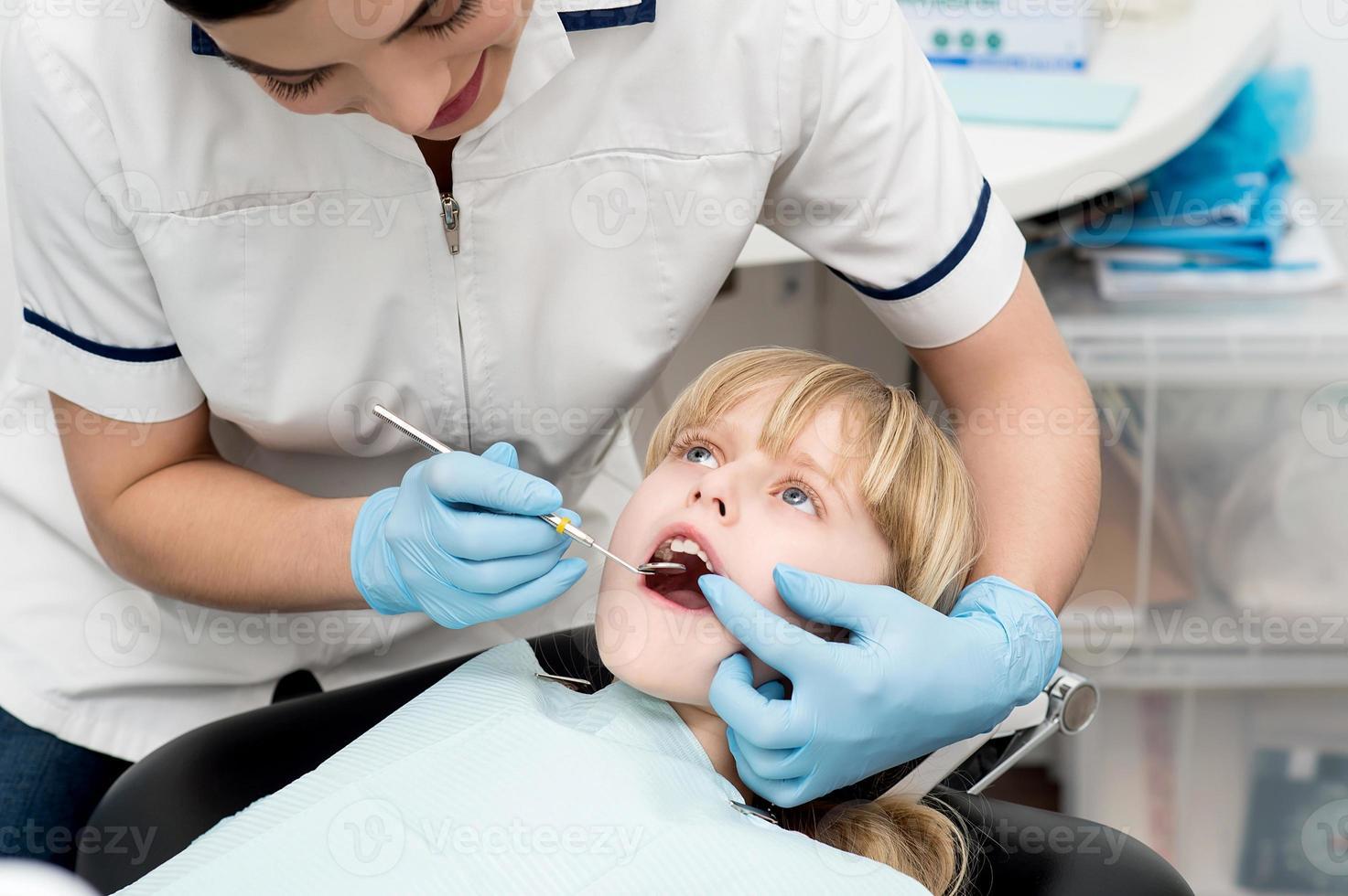 Niña en chequeo dental. foto