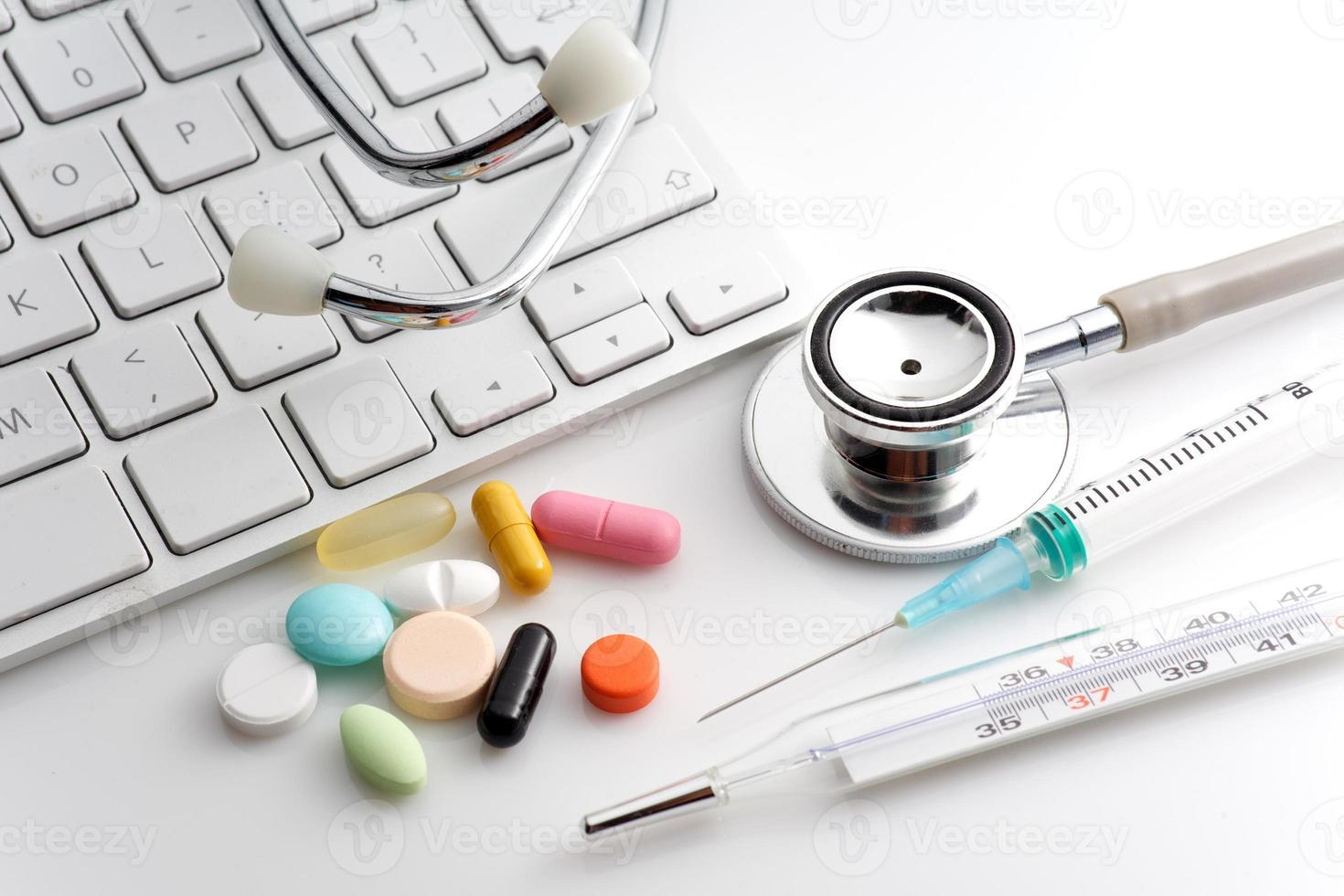estetoscopio, pastillas, jeringas, termómetro foto