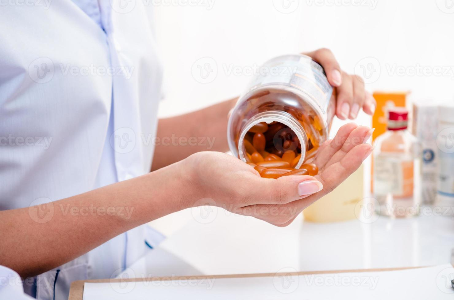 farmacéutico con contenedor de medicina foto