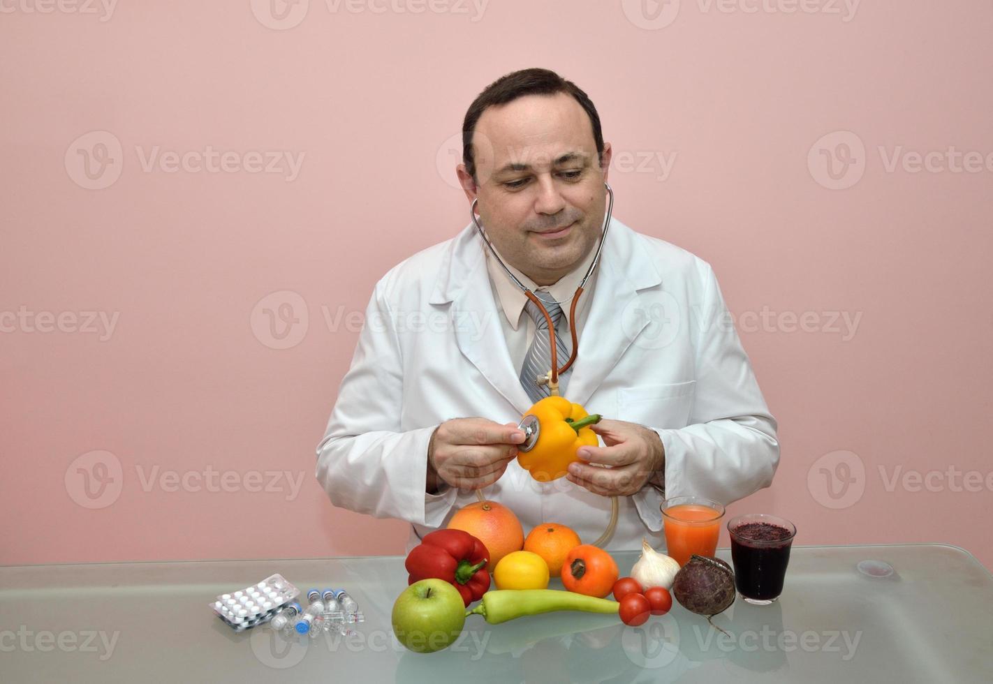 Doctor comprobando la salud de un pimiento amarillo foto