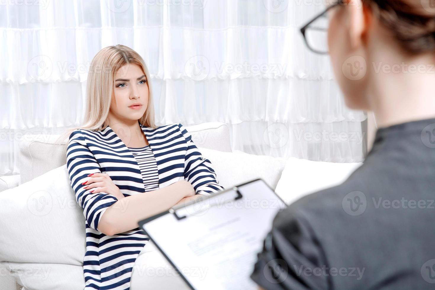 paciente en sesión de terapia psicológica foto